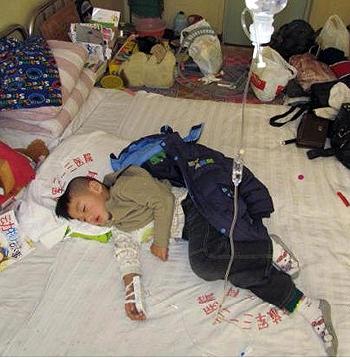 杨玉奎和周素影现年5岁的儿子杨昕昊,因注射问题卡介疫苗后致多发性淋巴结核,多年住院治疗。(照片由周素影提供, 2011年图片)