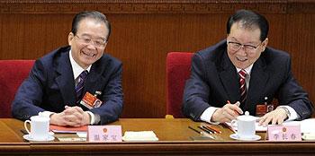 2011年3月14日,溫家寶和李長春在人大會議主席台上。(法新社圖片)