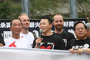 2009年6月1日,支联会主席司徒华,前学运领袖熊焱和立法会议员何俊仁律师在香港六四事件20周年纪念大游行上。(2009年粤语部)
