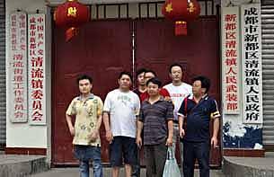 陈云飞和黄丝带声援的网民,到关押他的清流镇政府门外抗议。(照片由陈卫提供)