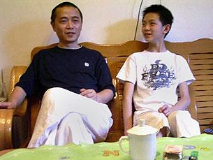 维权人士黄琦和儿子在成都家中的合照(日期不详)。(法新社资料)