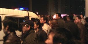 2011年4月13日,上海市松江區九亭鎮滬亭北路,城管打傷行人後,大批市民聞訊前往圍觀。(劉先生 提供)