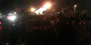 2011年4月13日,上海九亭城管暴打行人,部份憤怒的民眾焚燒警車洩忿。(劉先生 提供)