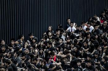 9月3日晚,大批香港学会和市民在政府中部外集会,抗议当局强推国民教育。(法新社图片)