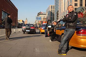 在北京商業區街頭等候乘客的出租車司機。(法新社2011年12月18日圖片)