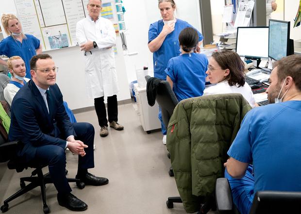 德國衛生部長斯潘到醫院與醫護人員交流,宣布援助醫院78億歐元用於抗疫。(斯潘推特圖片 / 拍攝日期不詳)