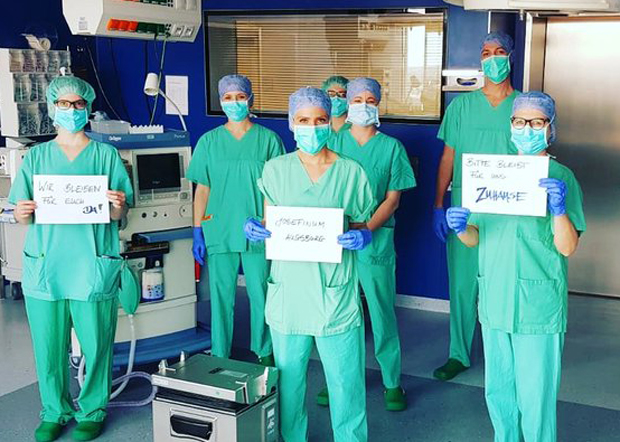 德國醫護人員呼籲市民在疫情期間多留在家中,並表示與市民同在。(德國護理協會官方推特圖片 / 拍攝日期不詳)