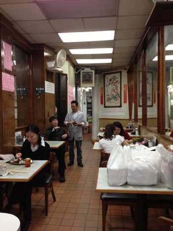 """碟头饭、凉茶炖品是""""人人冰室""""的地道粤式招牌美食,但桑迪风灾后,餐馆生意一直没有完全回复。(粤语部记者潘加晴拍摄)"""