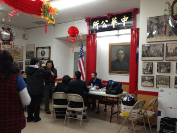 美国联邦和市政府的部门都派工作人员到中华公所,为居民和商户办理补助和贷款申请。(粤语部记者潘加晴拍摄)