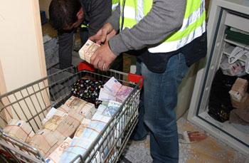 2012年10月16日,西班牙首都马德里警方进行打击洗钱和其他犯罪活动的反黑行动,图片上警察在马德里南部Cobo Calleja的一处中国黑帮的地点搜到大量现金。(法新社图片)