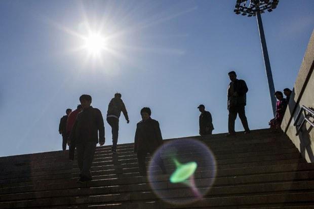 """法新社圖片:2014年11月9日,APEC在北京舉行2014年峰會。中國政府嚴控北京一帶的交通和排污,恰值北京出現了秋高氣爽的藍天,被戲稱""""APEC藍""""。(AFP PHOTO/FRED DUFOUR)"""