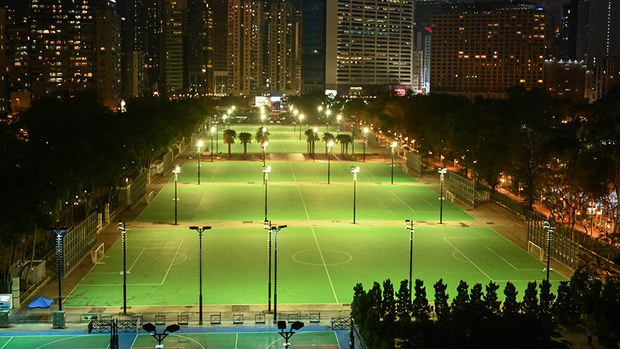2021年6月4日,香港维多利亚公园大球场上没有烛光悼念六四死难者。