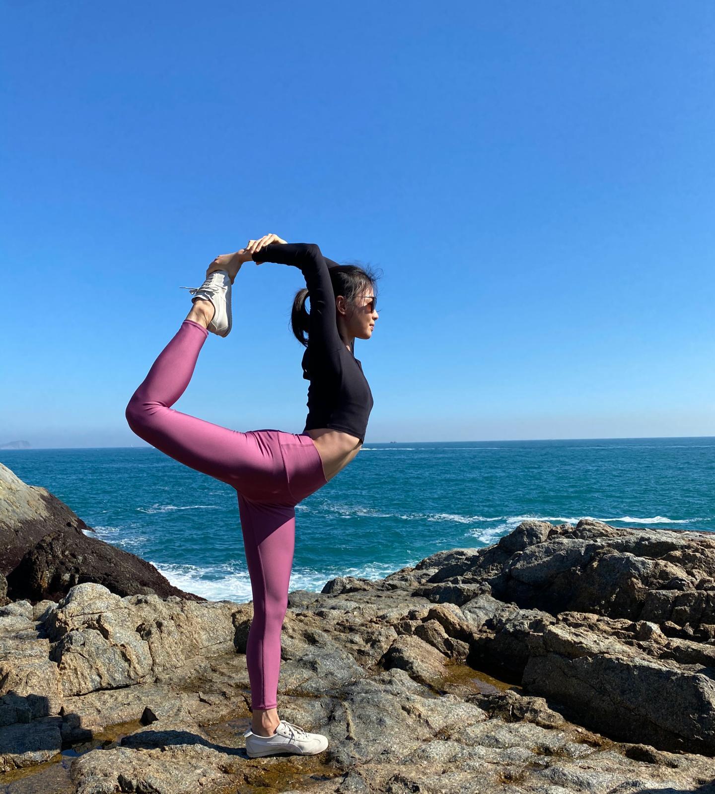Denise會到不同地方取景,拍攝瑜伽教學影片。(受訪者提供)