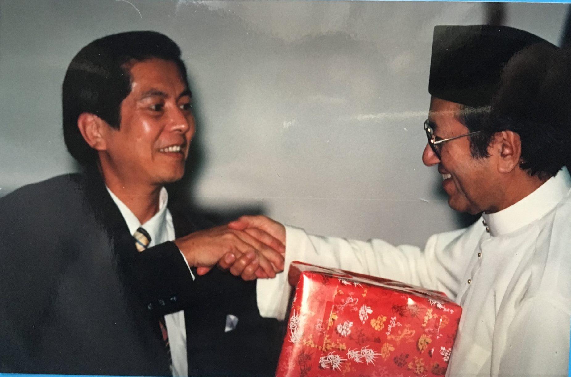 1996年,林健煉(左)率台灣媒體高層前往馬來西亞考察,並拜會前馬來西亞首相馬哈迪(右)。(受訪者提供)