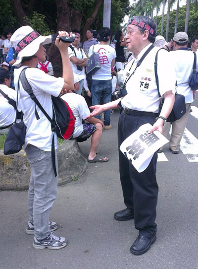 凌鋒參加街頭政治活動。(受訪者提供)