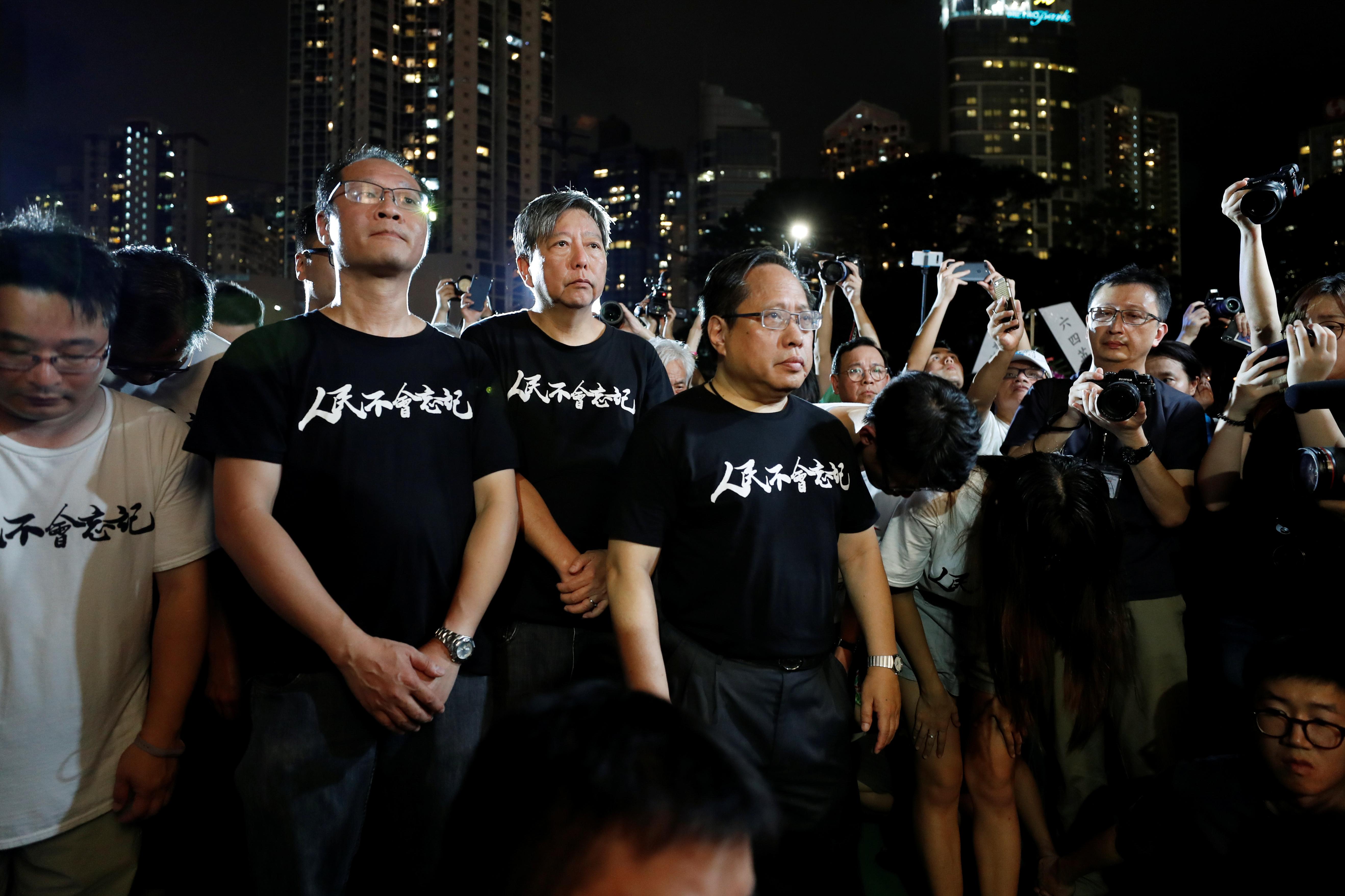 蔡耀昌(黑衣左)在2019年紀念六四時,站在李卓人(黑衣中)及何俊仁(黑衣右)身旁。現時後兩者正在獄中。(路透社資料圖片)