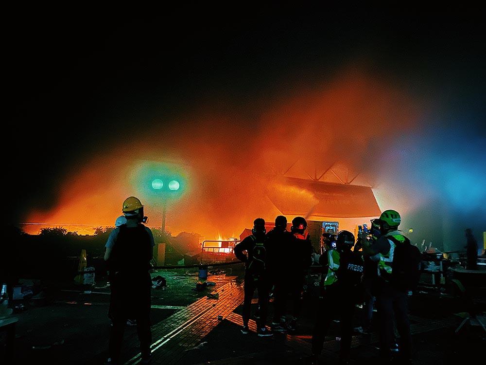 記者在爆炸現場堅持以無畏無懼報道真相。(李智智 攝於香港理工大學 / 2019年11月17日)