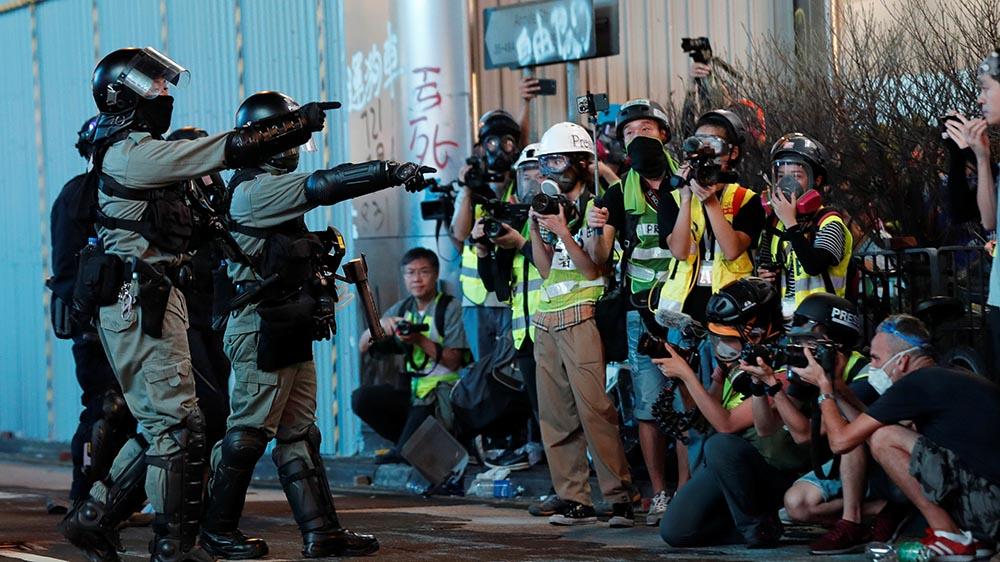 記者在過去反修例示威衝突採訪期間,經常遭受警方暴力對待。(路透社資料圖片)