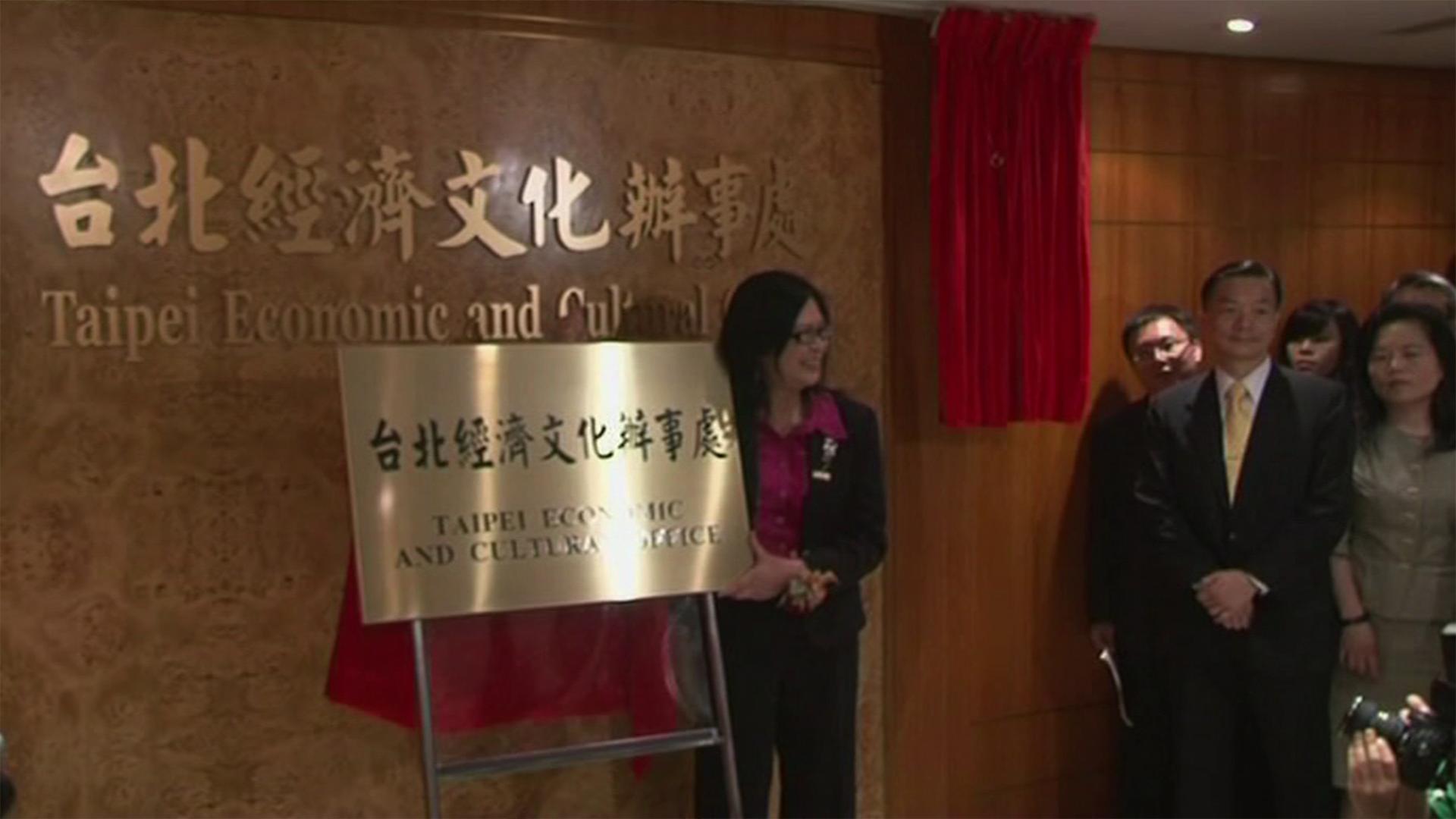 台港雙方在2011年時仍在蜜月期,台灣「中華旅行社」正名為「台北經濟文化辦事處」,時任陸委會主委賴幸媛親身在港揭幕。(美聯社資料圖片)