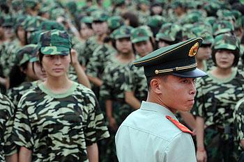 2012年8月22日,安徽亳州,今年刚刚入学的大学生接受军训。(AFP CHINA XTRA )