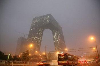 2012年3月17日傍晚的北京。图为被烟尘笼罩着的中央电视台新楼。(法新社图片)