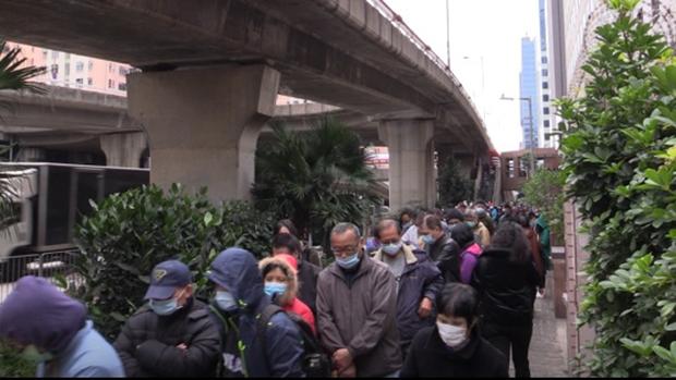 疫情初期,港人排隊搶購口罩。(本台資料圖片)