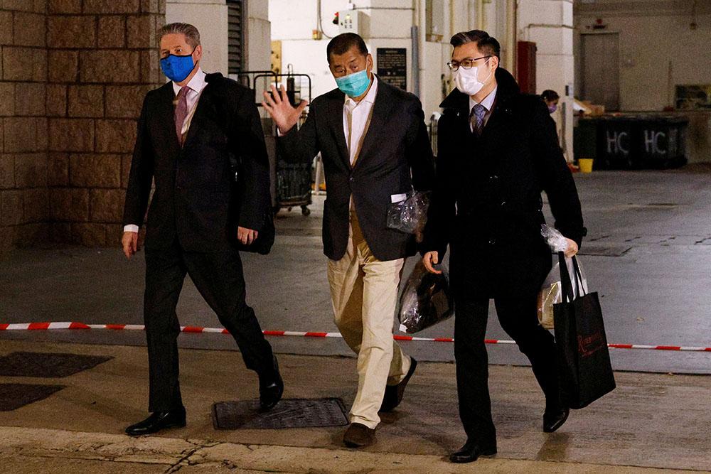 壹傳媒集團創辦人黎智英(中)被還柙20天後獲准保釋候審。(路透社資料圖片)