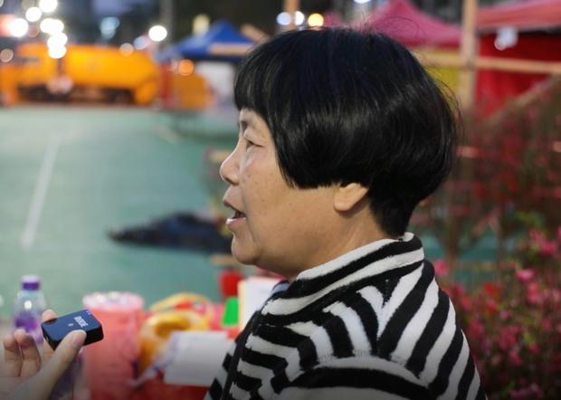 在維園年宵,主力售賣桃花的店員陳太稱,來逛年宵的人也不多,銷售情況並不理想。(張展豪 攝)