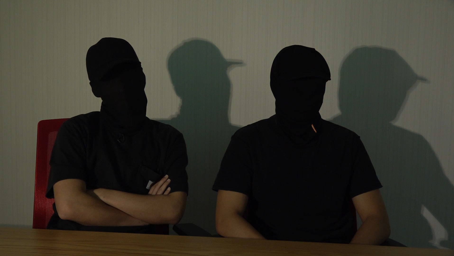 勇武派成员东仔(左)和阿徒(右)接受本台访问时指出,一日未光复香港,他们仍会抗争到底。(邓颖韬摄)
