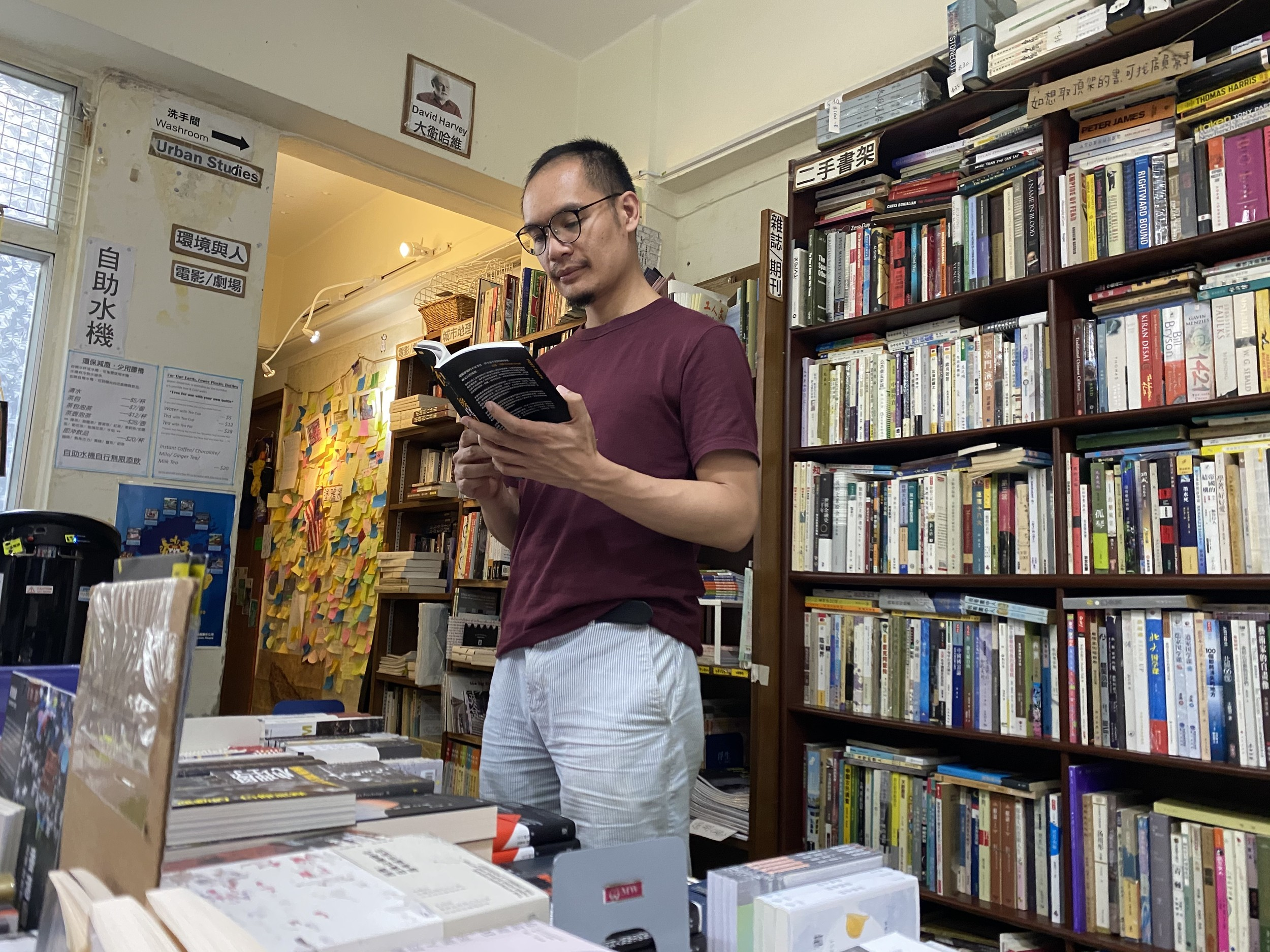 《序言書室》負責人李達寧認為,作為經常售賣民主政治運動的獨立書店,恐難免跌入國家安全的法網。(李智智 攝)