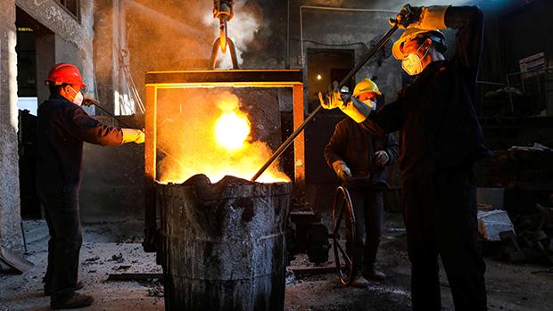 图为浙江杭州一间钢铁厂,在疫情之下决定复工。(路透社)