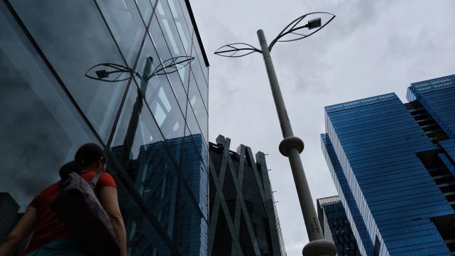 香港自2019年7月启动智能灯柱试验计划,但这些在部分地区街头竖立的智慧灯柱,引起许多民众对于隐私与监控的质疑;示威者也曾因此破坏并拆解灯柱。(摄影/陈朗熹)