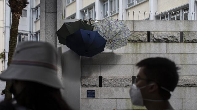 香港「反送中」运动期间,常可见到示威者遮蔽街头监视器。(摄影/陈朗熹)