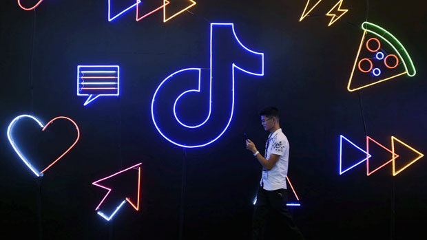 2019年10月18日,抖音广告出现在杭州举办的国际智能产品博览会上。(路透社)