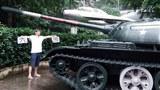 2018年5月31日,湖南株洲公民陳思明在株洲「愛國主義教育基地」內的坦克前拍像「坦克人」形象的紀念圖片。週五照片公布到網上,翌日被公安帶到金山派出所問訊。(吳亦桐提供)