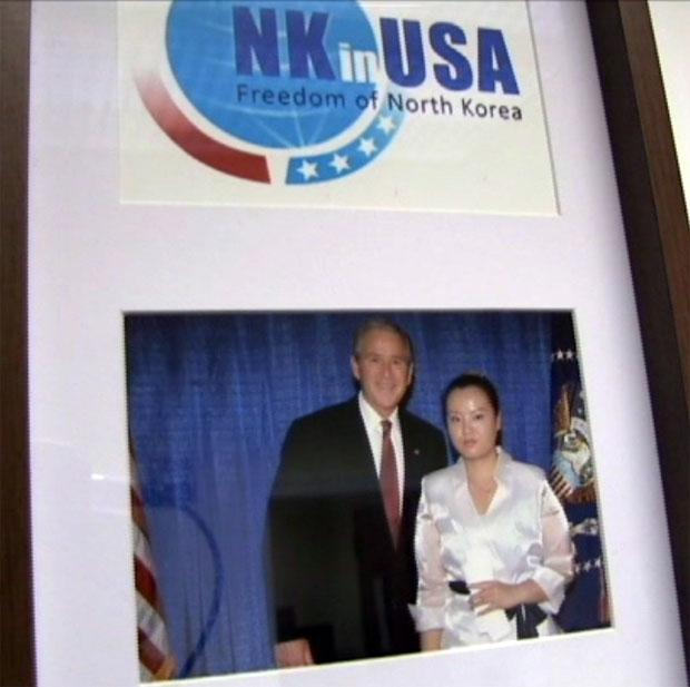 """脱北者赵真惠作为非营利性组织""""朝鲜人在美国""""(NKinUSA)的创始人和美国前总统乔治.布什合影。(粤语部李幼仪拍摄)"""
