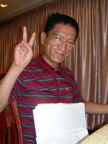田喜說,很高興能直接由北京到港, 之後更會前赴法國身體檢查, 及到日內瓦聯合國出席人權理事會定期審議中國人權狀況的會議, 陳述中國漠視艾滋病人權益的問題。 (劉雲攝)