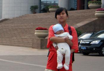 5月22日,曹海波被關押半年後在昆明首次開庭。不能旁聽的張念獲法院安排,攜其三個月兒子與曹海波見面。(天網義工提供)