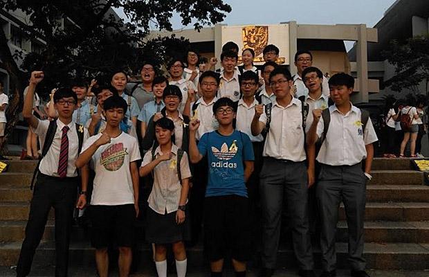 2014年9月22日,有中学生放学后赶往中大集会会场。他们指,虽然自己只是中学生,亦希望可以出来表态,抗议人大封杀普选。(现场人士摄)