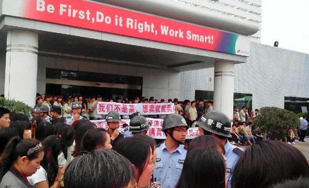 4月16日,广东省惠州市一家电厂近二千工人,周三和周四连续两日罢工,抗议公司股权变更改组后,新公司拒绝承担工人以往的工龄和奖金等待遇。(工人提供)