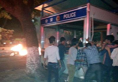 2014年3月31日晚,有茂名市民抗议期间,推翻公共设施又焚烧杂物。(目击者摄)