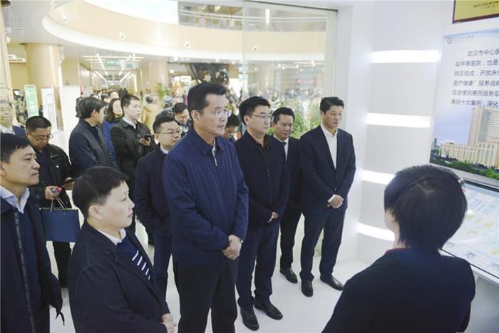 2019年12月27日,武汉市副市长陈邂馨和中心医院高层在院内举行一场政治秀。当日,武汉肺炎事件曝光。(武汉中心医院官网)