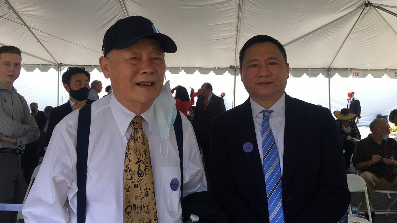 王丹(右)与魏京生获邀出席美国国务卿蓬佩奥演讲会。(黄慈萍提供)
