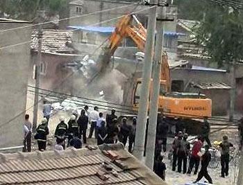 北京豐台區石榴莊村今天(7月20日)再遭強拆,五幢民房遭挖土機推毀。(村民周先生提供)