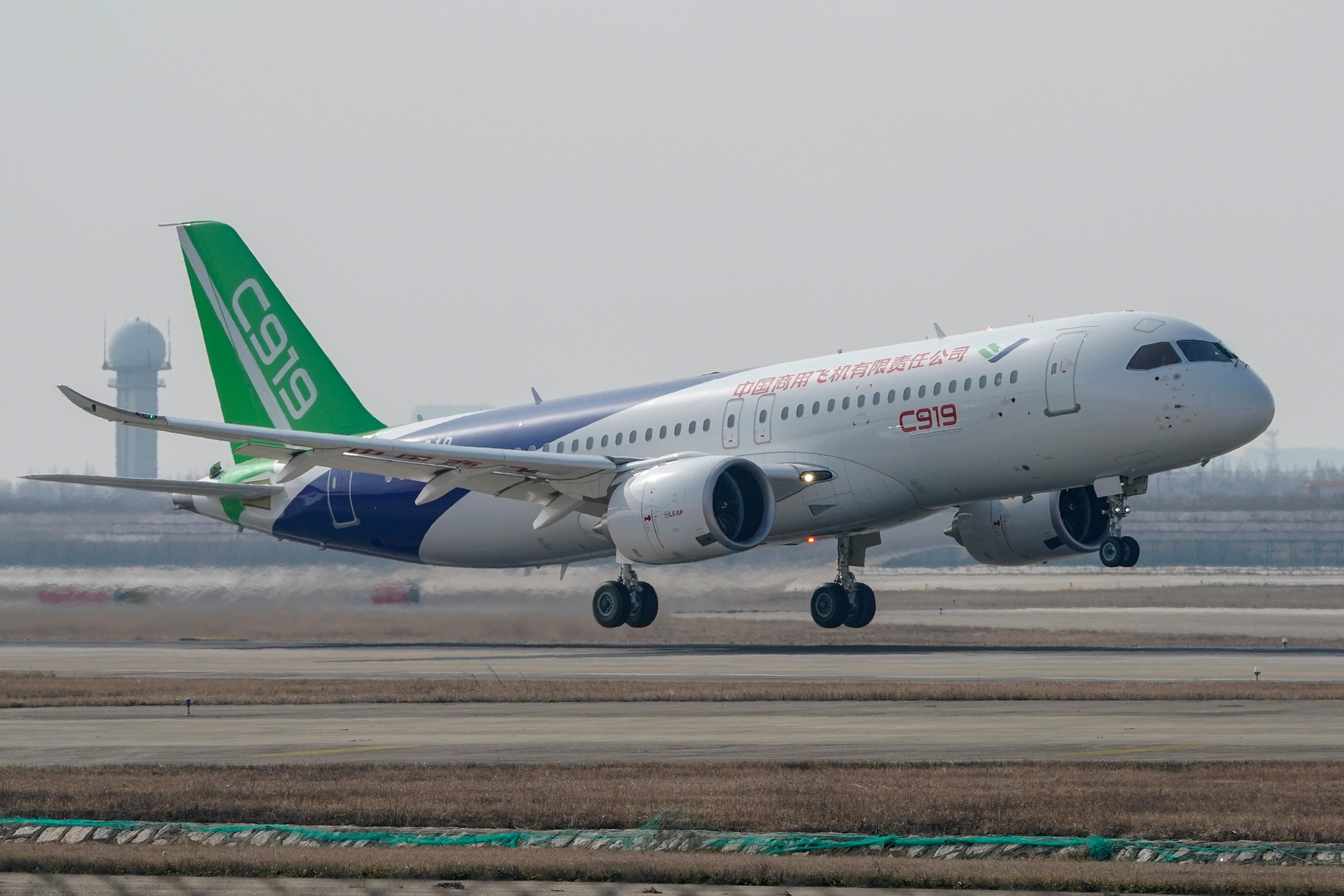 国产大型客机C919第五架试飞飞机,于2019年在上海浦东国际机场试飞。(路透社图片)