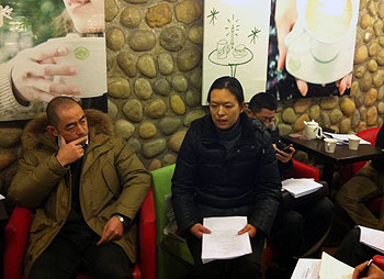 陈克贵案研讨会被迫改到咖啡室举行,陈克贵妻子刘芳发言。(照片由网友屠夫提供)