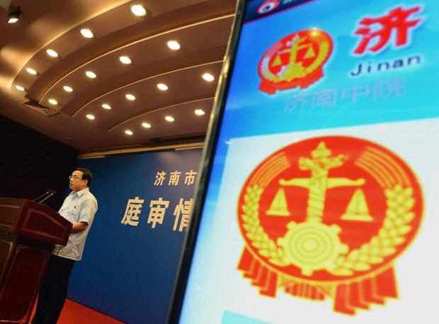 周六,济南巿中级人民法院发言人刘延杰在薄熙来案的第三日审讯休庭时作总结,特别澄清薄熙来是自选律师辩护。(AFP照片)