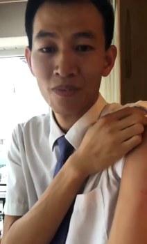 戴志超展示手臂上的傷痕。(視頻截圖)