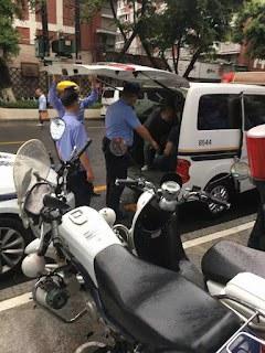 警察把信徒帶上警車。(視頻截圖)