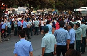2012年5月24日,珠海市香洲区有交警于扣车期间向司机喷射辣椒喷雾,另造成途人受伤,引起群众不满鼓噪,上千市民围堵现场造成交通挤塞。(日进文具店王女士提供)